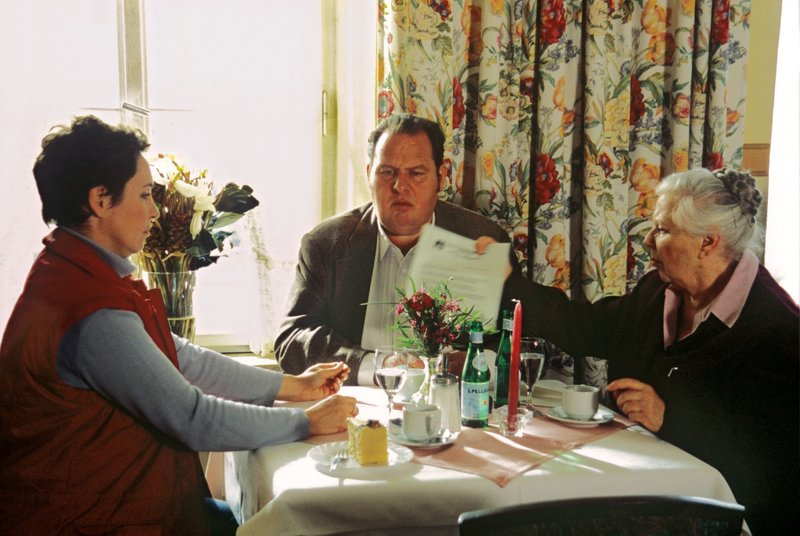 Benno (Ottfried Fischer, M.), Sabrina (Katerina Jacob, l.) und Resi (Ruth Drexel, r.) diskutieren den neuen Fall. – Bild: SAT.1 / Magdalena Mate Eigenproduktionsbild frei