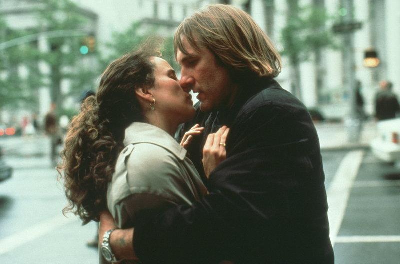 Bis sich die Einwanderungsbehörde meldet, um die Rechtmäßigkeit der Ehe zu überprüfen, ist die Heirat für George (Gérard Depardieu, l.) und Bronte (Andie MacDowell, r.) nur ein Geschäft ... – Bild: Warner Bros. Lizenzbild frei