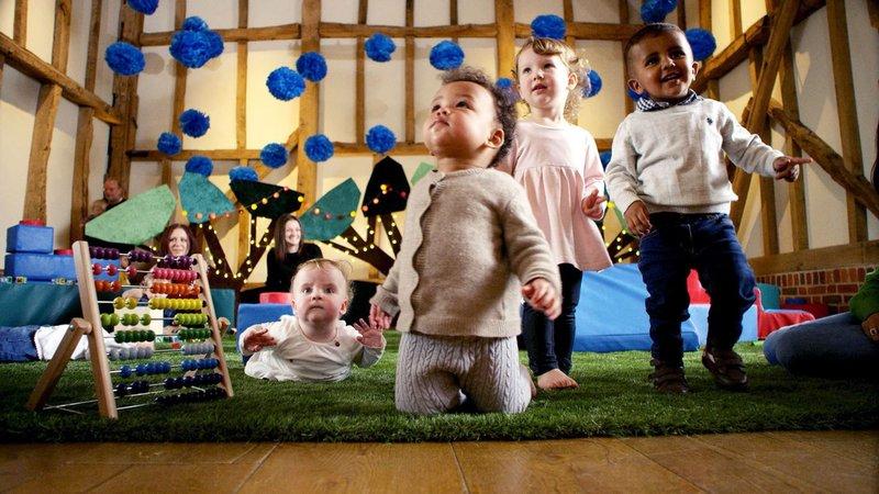 Spielende Babys Poppy, Iona, Elsie und Aarav – Bild: Voltage TV Productions Ltd