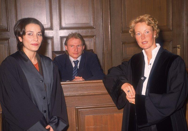 Staatsanwältin Glaser (Britta Schmeling) versucht die Argumentation der Verteidigerin (Meral Perin, l.) vor Gericht zu wiederlegen und Watzler (Konstantin Graudus) Schuld zu beweisen. – Bild: MG RTL D / Rolf Baumgartne