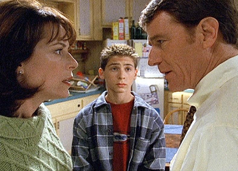 Hal (Bryan Cranston, re.) und Lois (Jane Kaczmarek) beraten darüber, wie man Reese (Justin Berfield) wirkungsvoll bestrafen könnte. – Bild: ORF eins
