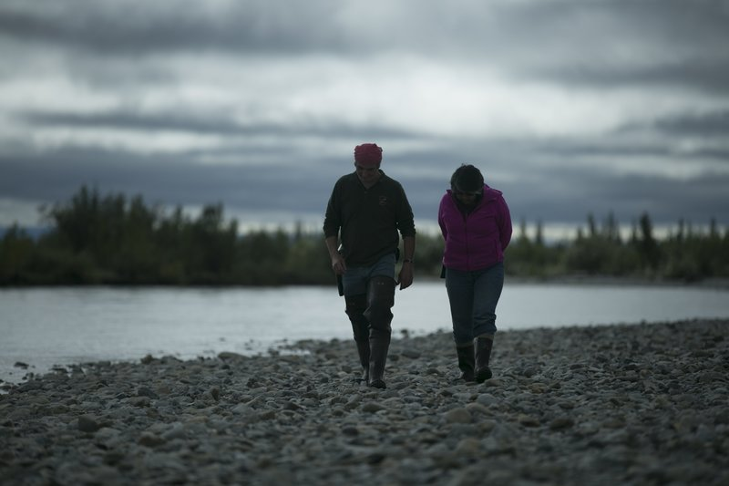 Edna and Heimo walks by the river. – Bild: Discovery Channel / Discovery Communications