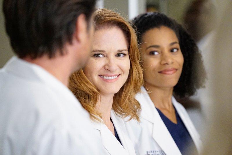 """""""Grey's Anatomy"""", """"Die Minnicks-Methode."""" Auf Catherines Wunsch hin, soll das Ausbildungsprogramm des Krankenhauses überprüft werden. Obwohl Dr. Webber die Leitung inne hat, wird er darüber nicht informiert. Als externe Beraterin wird Dr. Eliza Minnick eingeladen. Die soll sich vorerst nur mal umsehen und evaluieren, um so einen aktuellen Eindruck zu bekommen. Doch schon bald sorgt Dr. Minnick mit ihren Einmischungen für Unruhe unter den Oberärzten. Und April hat sich bei einer Dating-App angemeldet und bekommt laufend Anfragen.Im Bild (v.li.): Sarah Drew (Dr. April Kepner), Kelly McCreary (Dr. Maggie Pierce). – Bild: ORF 1"""