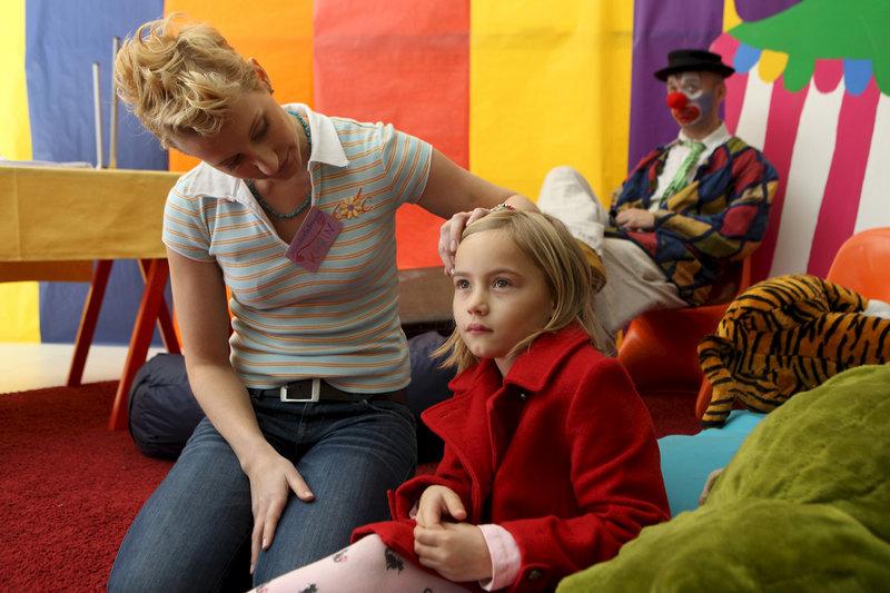 Lotta (Janine&Jessy Aschersleben) wartet vergeblich bei der Kinderbetreuerin (Miriam Rixen) auf ihren Ziehvater Bert de Vries. – Bild: ZDF und Daniela Incoronato