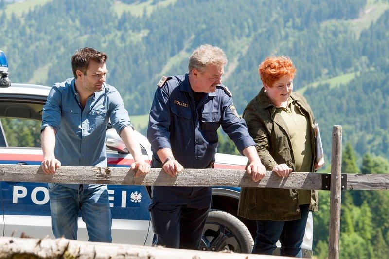 Im Bild (v.li.): Lukas Roither (Jakob Seeböck), Kroisleitner (Ferry Öllinger), Dr. Stefanie Löcker (Veronika Polly). – Bild: ORF 1