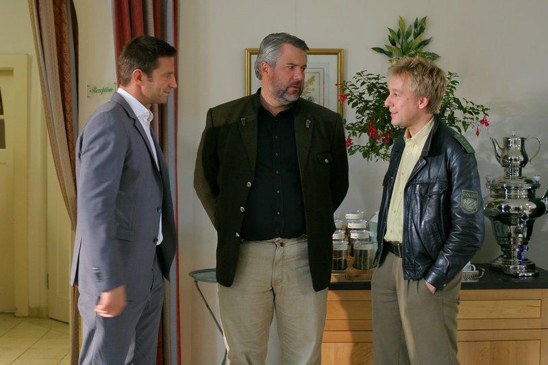 Die Mordkommission Hansen (Igor Jefti?, l.), Stadler (Dieter Fischer, M.) und Mohr (Max Müller, r.) klärt den Mord an Hotelbesitzerin Antonia Scheuer auf. – Bild: ORF 2