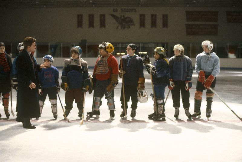 Aus einem Haufen rotzfrecher Jungen soll Gordon Bombay (Emilio Estevez, vorne 2.v.l.) eine brauchbare Eishockeymannschaft formen ... – Bild: Walt Disney Pictures. All rights reserved Lizenzbild frei
