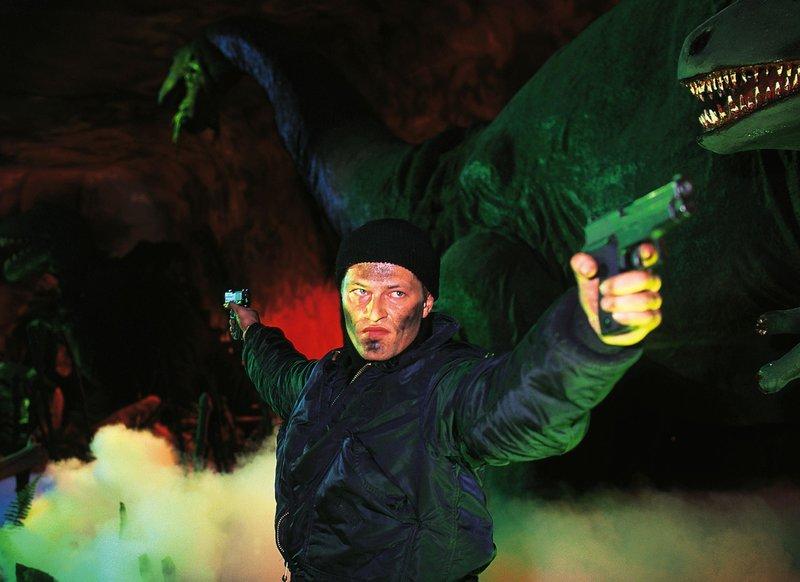 Stefan Renner (Til Schweiger) wehrt sich in der Dinosaurierhalle des Freizeitparks gegen die Gangster, die seine Tochter entführt haben. – Bild: RTL