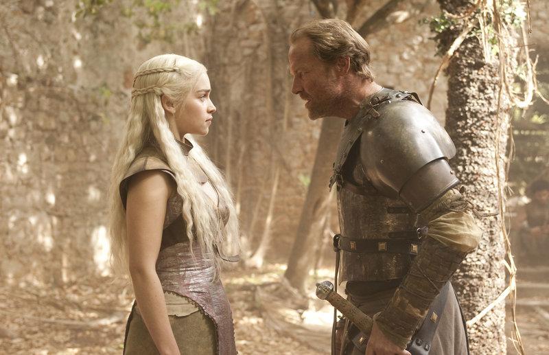 Jorah Mormont (Ian Glen) informiert Daenerys (Emilia Clarke), dass er ein Schiff organisieren konnte - doch sie möchte nicht ohne ihre Drachen aus Qarth verschwinden.. – Bild: RTL II