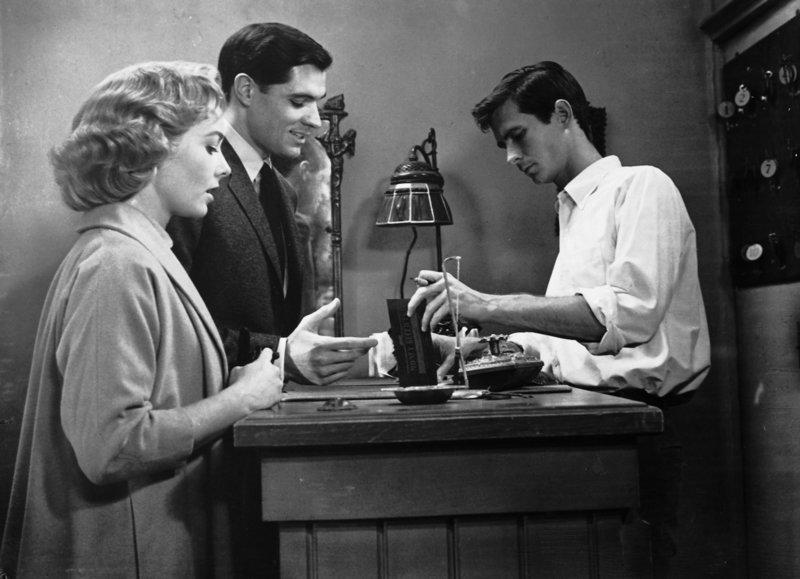 Nach Marions Verschwinden fahren Sam Loomis (John Gavin, M.) und Lila Crane (Vera Miles, l.) selbst zu Normans (Anthony Perkins, r.) Motel, wo sie sich inkognito einmieten ? – Bild: Kabel Eins Classics