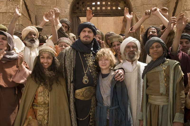 Der König (Moritz Bleibtreu, 2. von links) hat dank Lippel (Karl Alexander Seidel, 3. von links) seine beiden Kinder Hamide (Amrita Cheema, 1. von links) und Arslan (Steve-Marvin Dwumah, 5. von links) wieder. – Bild: BR/Collina Filmproduktion