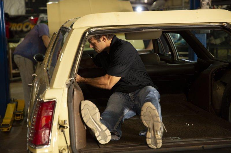 Scott Warmack works on removing '70 Vista Cruiser interior pieces. – Bild: Discovery Communications