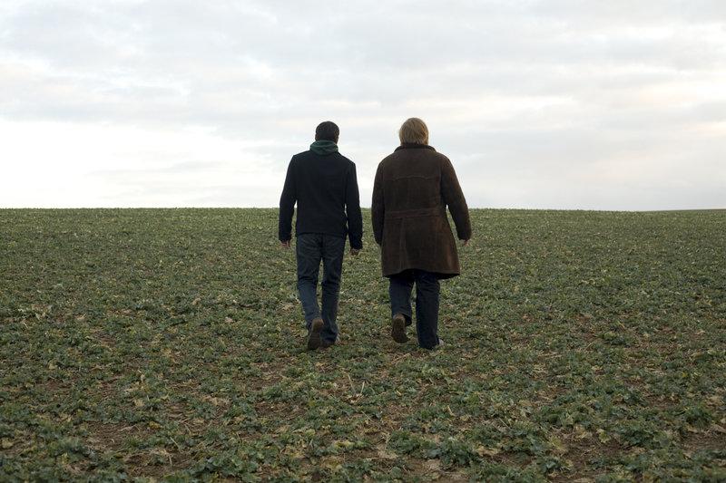 Haroon (Atta Yaqub, l.) und Mark (Christoph Franken) unterwegs. – Bild: ZDF und Artur Zalewski