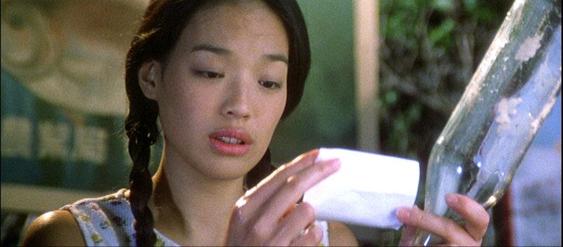 Am Strand ihres Fischerdörfchens findet die junge Taiwanesin Ah Bu (Shu Qi) eine Flaschenpost mit einer Adresse aus Hongkong. Kurzentschlossen fährt sie in die große Stadt, überzeugt, den romantischen Idealtyp zu treffen. – Bild: RTL II