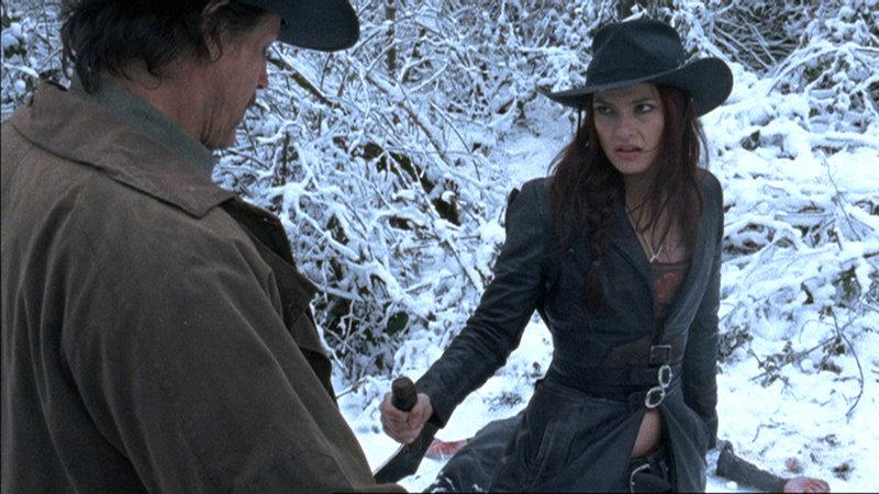 Die aus Transylvanien stammende Rayne (Natassia Malthe) besitzt alle Stärken der Vampire, aber keine ihrer Schwächen. (Foto, li.: Michael Paré) – Bild: RTL II
