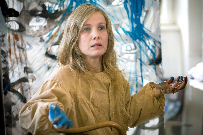 Anna (Gaëlle Bona), die von Schizophrenie geplagt wird, baut beim Malen Aggressionen ab. – Bild: ARTE/SSR / © RTS Philippe Christin