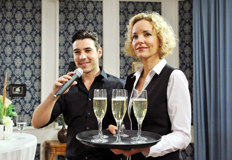 Natascha (Melanie Wiegmann, r.) ist von Gorans (Saša Kekez, l.) spontaner Lobrede gerührt. – Bild: ORF 2