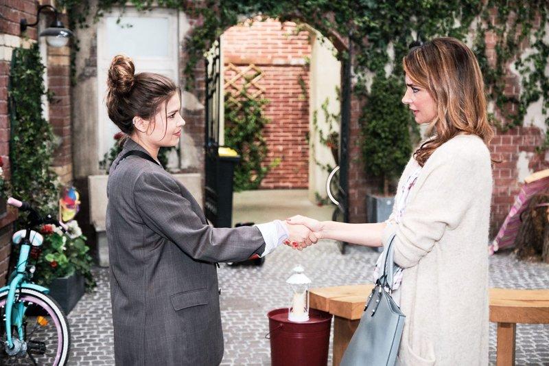 Vivien (Sharon Berlinghoff, l.) schlägt Eva (Claudelle Deckert) aus einem Impuls heraus einen geheimen Deal vor. – Bild: TVNOW / Stefan Behrens