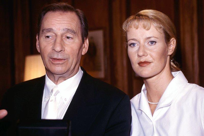 Oberstaatsanwalt Lotze (Henry van Lyck) und Staatsanwältin Glaser (Britta Schmeling) legen sich eine Strategie für die Verhandlungen zurecht. – Bild: RTLplus