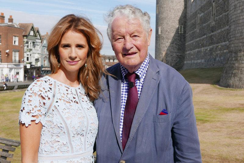Mareile Höppner und Rolf Seelmann-Eggebert vor Windsor Castle. – Bild: NDR/sfilm2016
