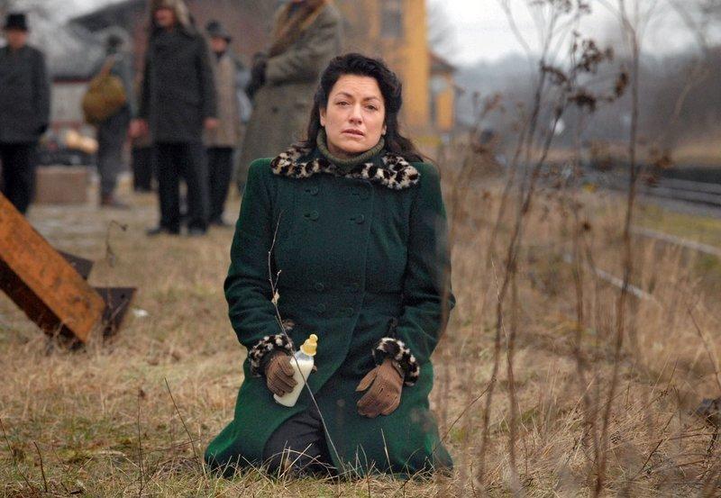 Ursula (Christine Neubauer) ist verzweifelt, denn der Zug, in dem ihr Kind alleine sitzt, ist ohne sie abgefahren. – Bild: ARD Degeto/Reiner Bajo