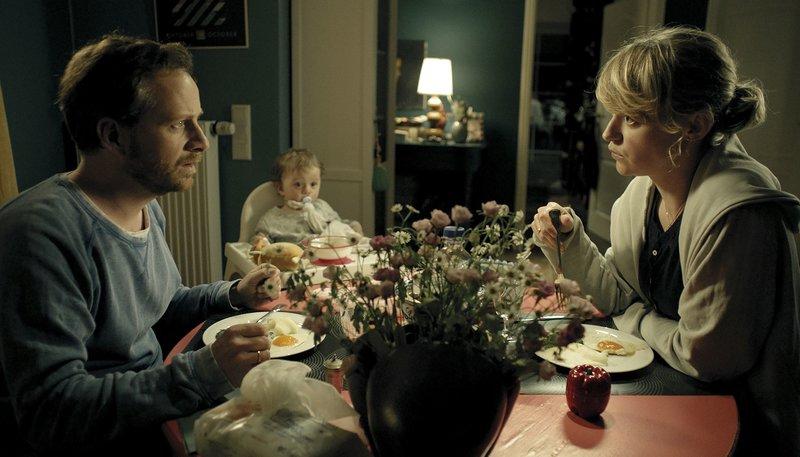 Viktor (Fabian Busch, links) und Alex (Lisa Wagner, rechts) sitzen mit ihrer Tochter beim Essen. – Bild: NDR/Weydemann Bros. GmbH
