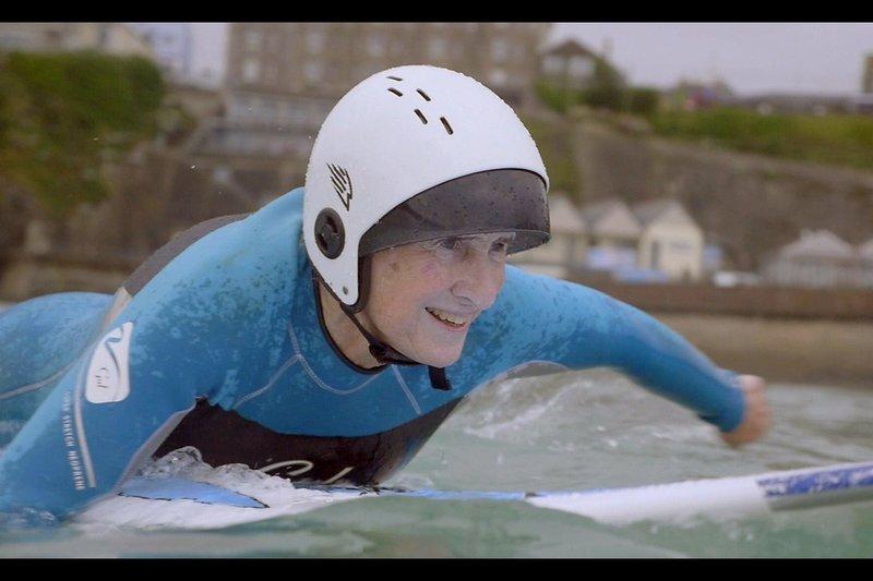 Gwyn macht in England die ganz große Welle und merkt es gar nicht. Sie war die Erste im Wasser – und surft noch immer, mit 72 Jahren. – Bild: arte
