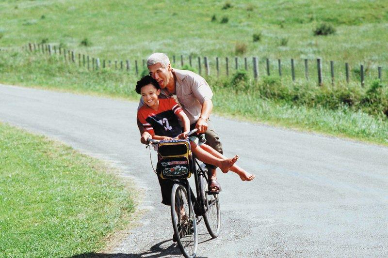 Die Maori-Bewohner eines kleinen neuseeländischen Küstenorts führen ihre Herkunft auf Paikea, dem sagenumwobenen Walreiter zurück. Seit über tausend Jahren trägt ein männlicher Nachfahre aus jeder Generation diesen Titel. Nun ist die Zeit für einen neuen Erben gekommen. Als jedoch der Hoffnungsträger bei der Geburt stirbt und nur dessen Zwillingsschwester überlebt, sieht sich Stammesoberhaupt Koro (Rawiri Paratene) nicht imstande, seine Enkelin Paikea (Keisha Castle-Hughes) als zukünftige Anführerin zu akzeptieren... – Bild: Servus TV