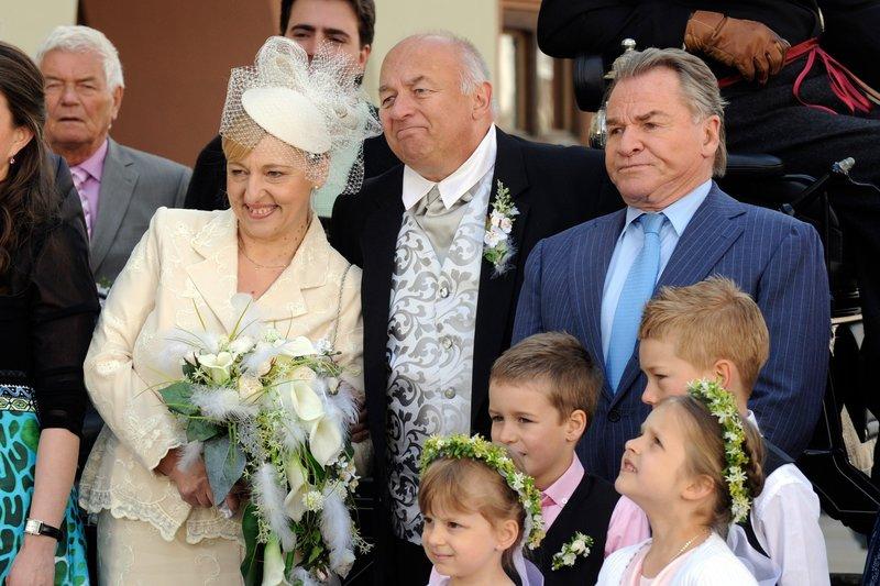 Die Hochzeitsgesellschaft wird fotografiert. Bürgermeister Wöller ist gegen die Hochzeit (v.li.: Johanna Bittenbinder, Wolfgang Müller, Fritz Wepper). – Bild: One
