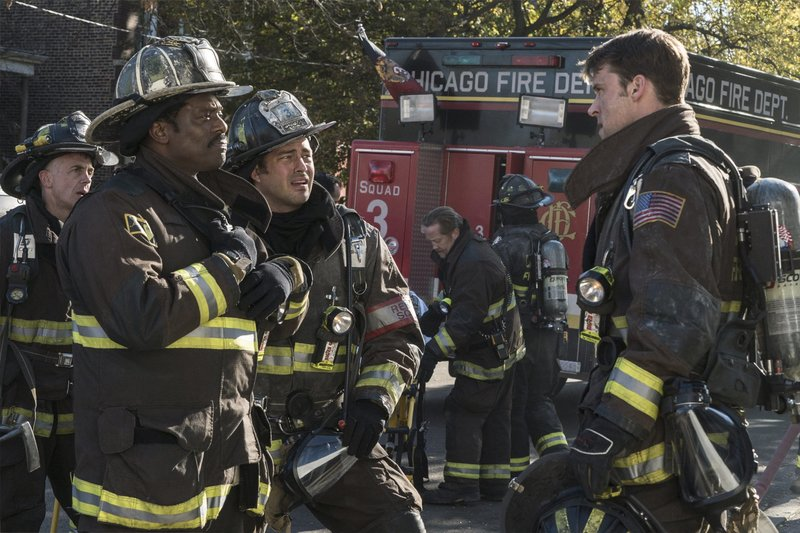 """-- """"Who Lives and Who Dies"""" Episode 511 -- Pictured: (l-r) Eamonn Walker as Wallace Boden, Taylor Kinney as Kelly Severide, Jesse Spencer as Matthew Casey -- (Photo by: Elizabeth Morris/NBC) – Bild: Universal TV"""