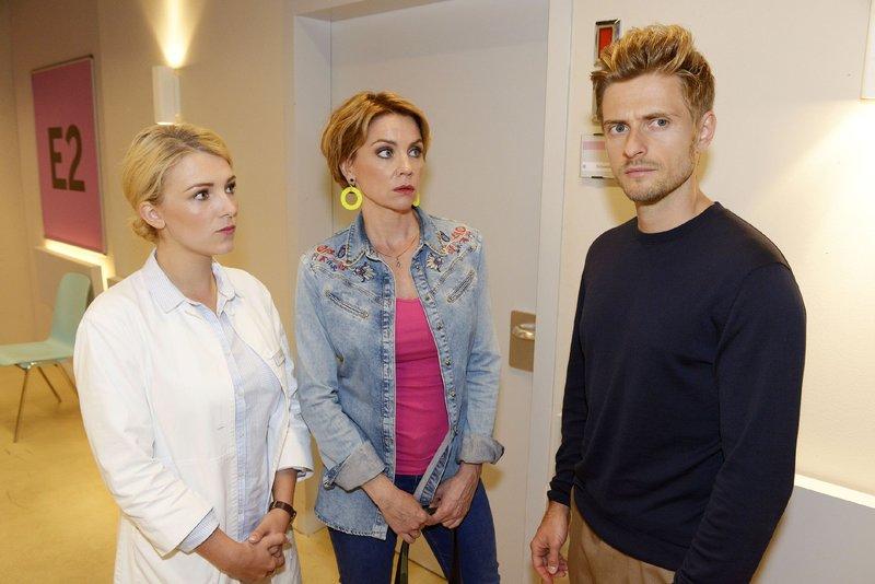 Lilly (Iris Mareike Steen, l.) und Yvonne (Gisa Zach) erkennen, dass Philip (Jörn Schlönvoigt) nicht vor seinen Erinnerungen an Laura fliehen kann. – Bild: TVNOW / Rolf Baumgartner