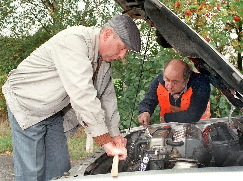 Ein geheimnisvoller Defekt hat Heinz (Gerd Dudenhöffer, l.) mit seinem Auto auf die Standspur gezwungen. (Pannenhelfer: Wilfried Schwarz, r.) – Bild: SWR/WDR/Harald Kratzer