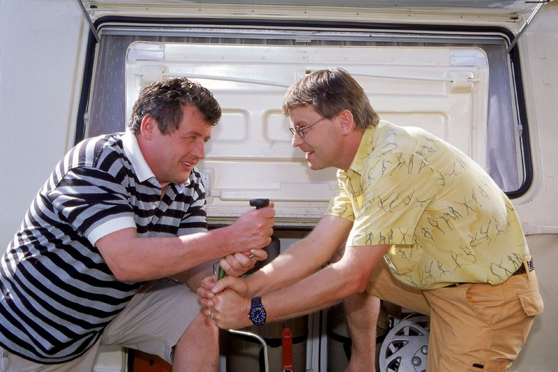 Benno (Willi Thomczyk, l.) und Lothar (Rene Heinersdorff) wollen auf Campingtour gehen. Doch vor der Reise müssen sie erst einmal ihre Wohnwagen fahrtüchtig machen... – Bild: RTLplus