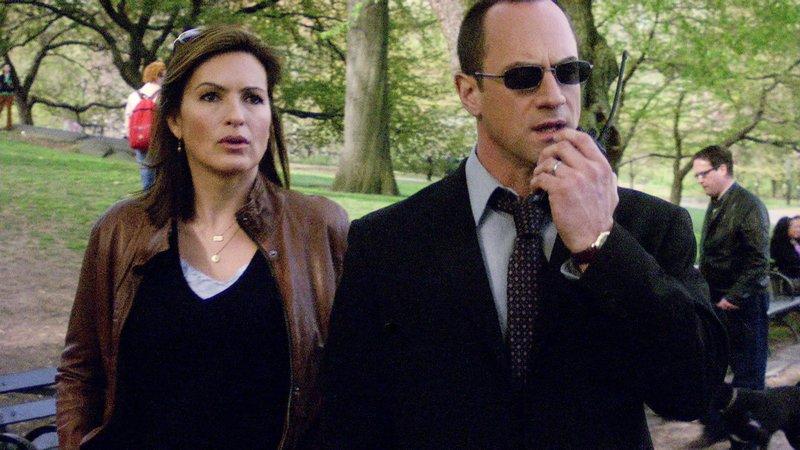 Detective Benson (Mariska Hargitay) und Detective Stabler (Christopher Meloni) verfolgen eine heiße Spur im Central Park, wo der Täter stets an Sonntagnachmittagen zuschlägt. – Bild: VOX