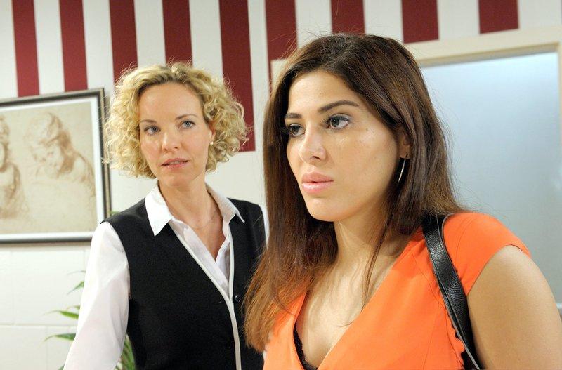 Sina Flock (Samira El Ousassil, r.) provoziert Natascha (Melanie Wiegmann, l.). – Bild: ORF 2