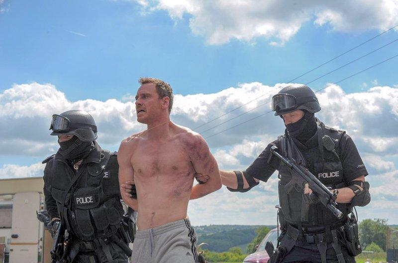 Ohne feste Arbeit in einer Wohnwagen-Siedlung am Rande der Gesellschaft lebend, gerät Chad Cutler (Michael Fassbender, Mi.) häufig mit der Polizei aneinander. – Bild: arte
