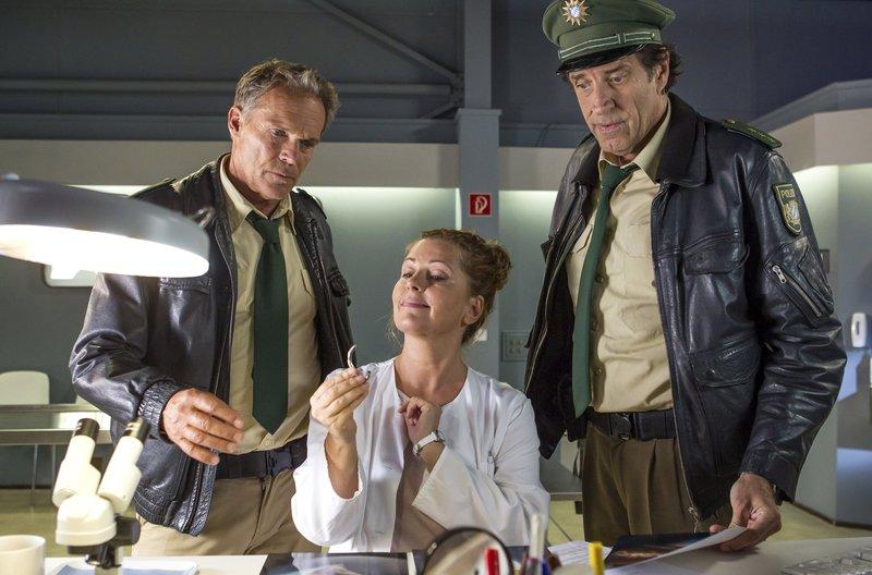 Dr. Anja Licht (Karin Thaler, Mitte) präsentiert Hubert (Christian Tramitz, links) und Staller (Helmfried von Lüttichau) ihre Erkenntnisse. – Bild: ARD/BR/TMG/Chris Hirschhäuser