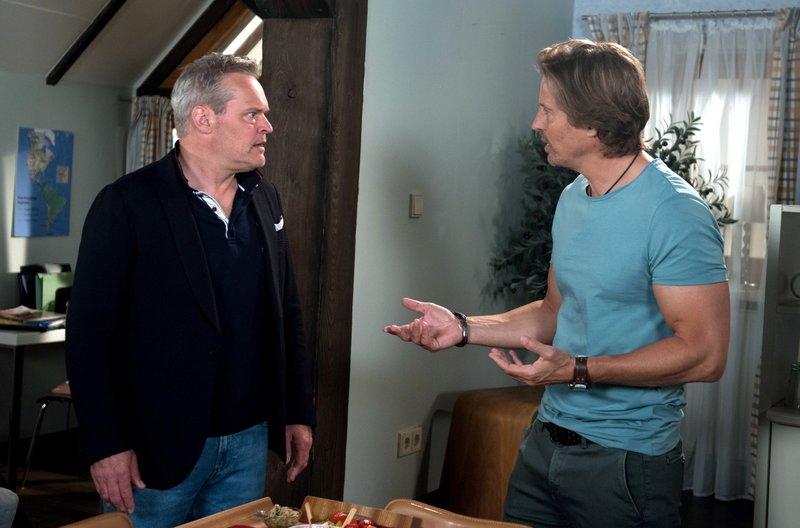 Bei einem Männerabend mit Ben (Hakim-Michael Meziani, r.) kann Frank (Axel Buchholz, l.) seine Eifersucht nicht länger verbergen. – Bild: ARD/Nicole Manthey