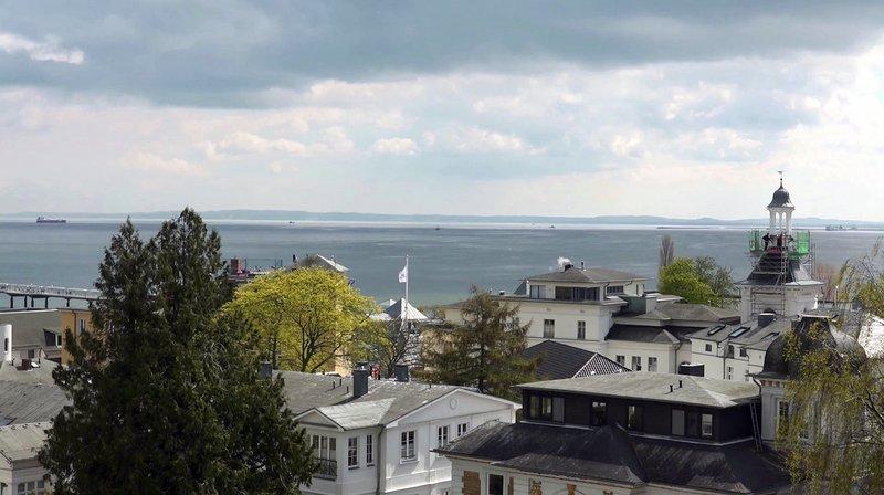 Blick zum Meer mit Villen in Bansin – Bild: NDR/Artia Nova Film/Thomas Plenert
