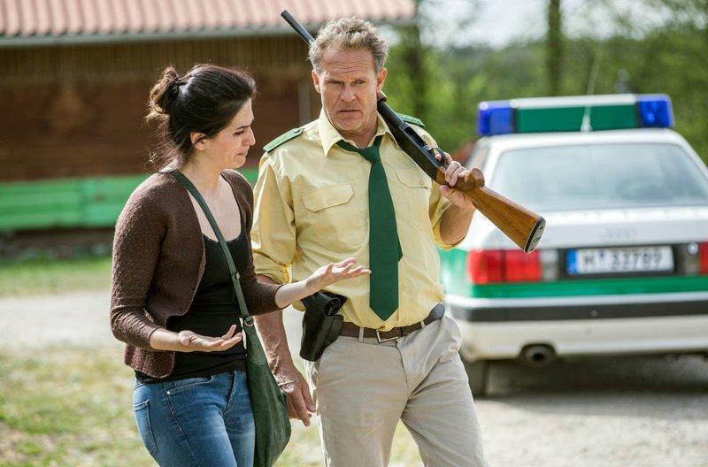 Pächterin Vesna Siebert (Stephanie Marin, l.) vertraut sich Hubert (Christian Tramitz, r.) an. – Bild: ARD/TMG/Chris Hirschhäuser