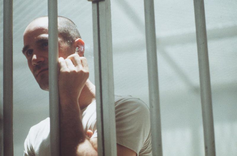 Vor seiner Hinrichtung will der Serienkiller Edgar Reese (Elias Koteas) unbedingt noch einmal mit dem Polizist John Hobbes sprechen ... – Bild: Puls 4