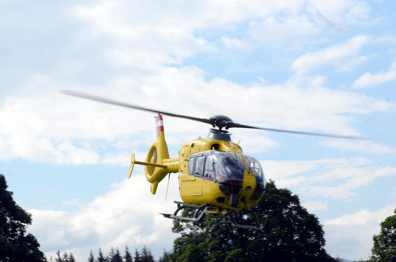 Der Helikopter der Bergretter im Einsatz. – Bild: ZDF und Thomas R. Schumann