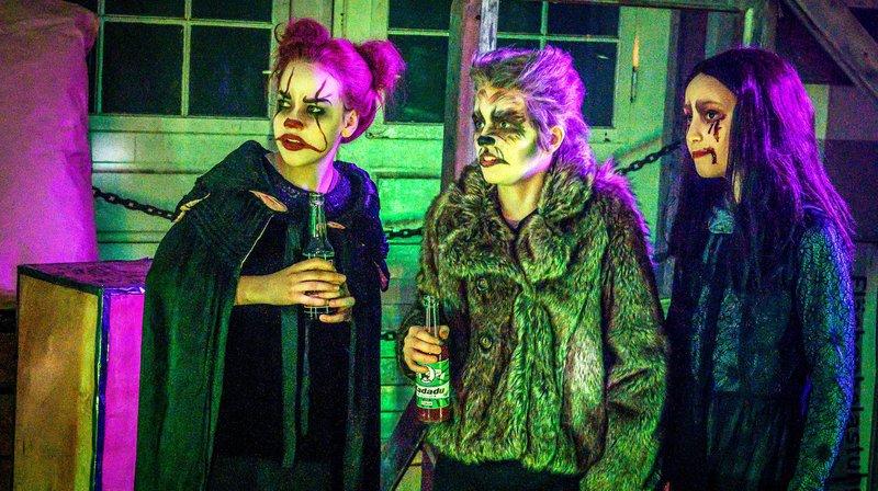 Vampirparty im HQ mit Kira, Levin und Nele – Bild: NDR/Marion von der Mehden