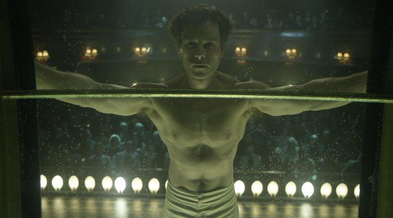 Der Magier Houdini (Guy Pearce) bei einem seiner Entfesselungskunststücke – Bild: Koch Media