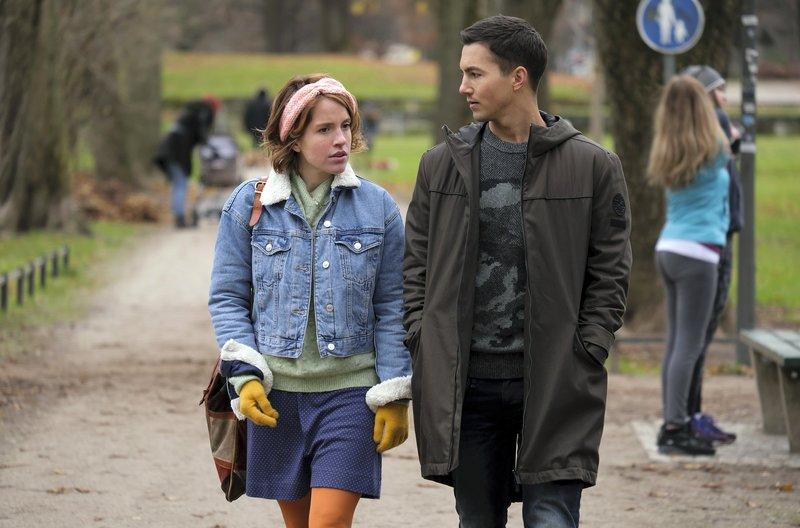 Mia (Paula Kalenberg) ist enttäuscht, als Sebastian (Tim Oliver Schultz) wieder in sein früheres Leben zurückkehrt. – Bild: ARD Degeto/Constantin Television/Jacqueline Krause-Burberg