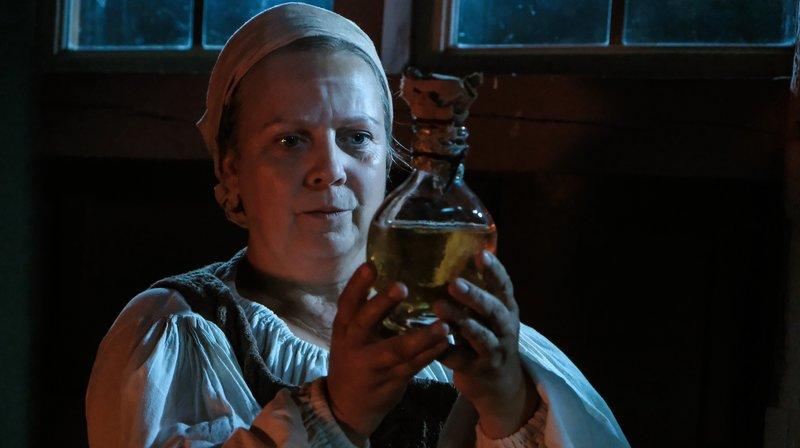 Stine (Gabriela Maria Schmeide) hat endlich den Honigwein gefunden. – Bild: ZDF und NDR/Manju Sawhney.