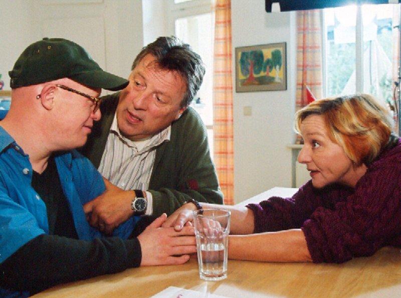 """MDR Fernsehen IN ALLER FREUNDSCHAFT, FOLGE 207, """"Ein Fest mit Hindernissen"""", am Samstag (28.05.11) um 15:10 Uhr. Tim (Bobi Brederlow, links) kommt als Spender für seine Schwester in Frage, wissen seine Eltern (Hansjürgen Hürrig, Eva Weißenborn) nicht, ob sie ihm das OP Risiko zumuten können? – Bild: MDR/Krajewski"""