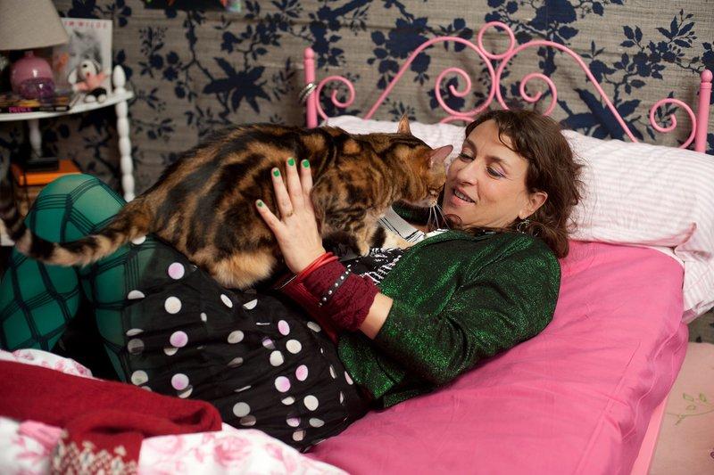 Die Katze begleitet Camille (Noémie Lvovsky) auf ihrer Zeitreise. – Bild: BR/Movienet Film GmbH