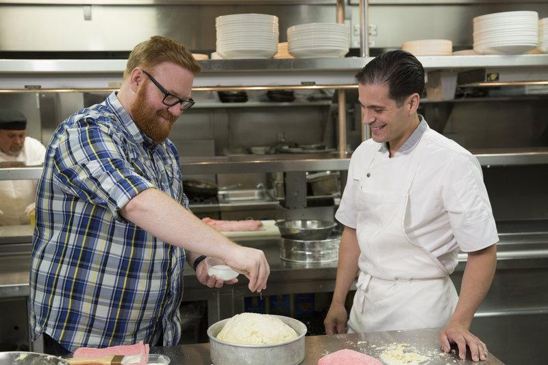 """Josh Denny (l.) stattet dem """"Lavo"""" in Las Vegas einen Besuch ab und hilft Küchenchef Frank Cervantes (r.) dabei, einen Strawberry Skyscraper zuzubereiten ... – Bild: 2017, Television Food Network, G.P. All Rights Reserved. Lizenzbild frei"""