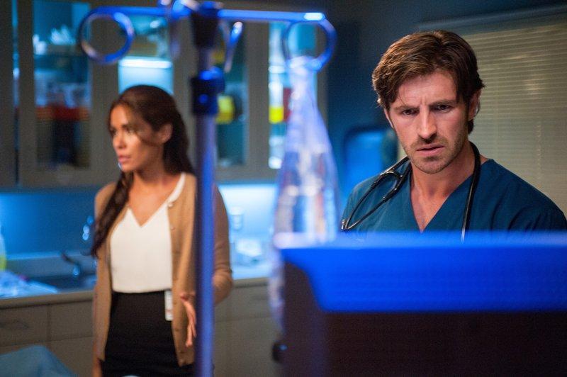 Daniella Alonso (Dr. Landry De La Cruz), Eoin Macken (Dr. T.C. Callahan). – Bild: ORF eins